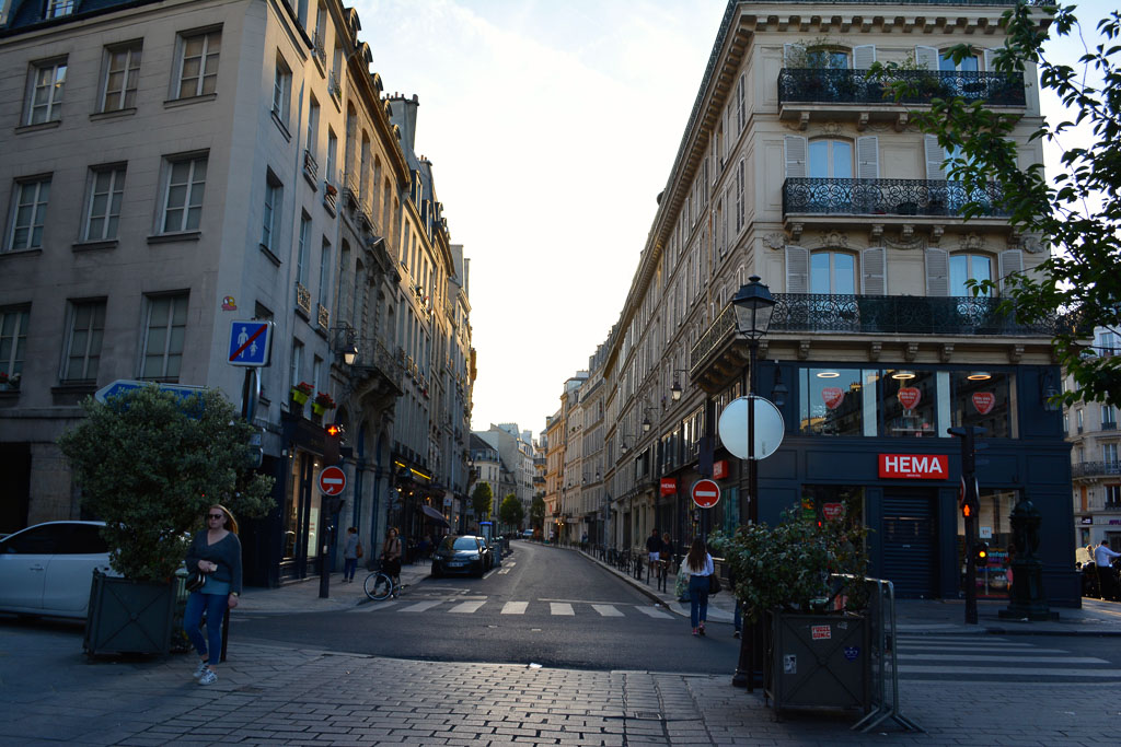 Comprehensive Guide to Paris:  Winding street near St. Paul