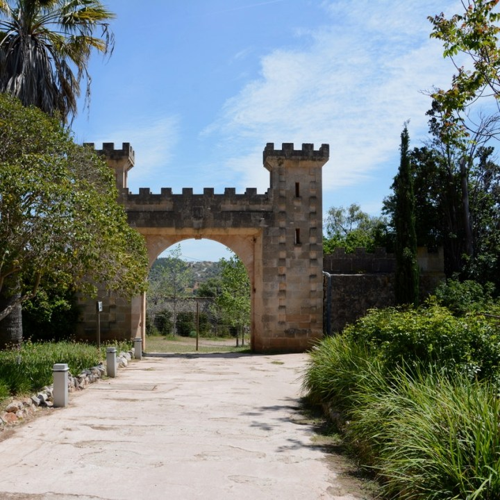 travel with kids children mallorca spain raixa estate castle gate