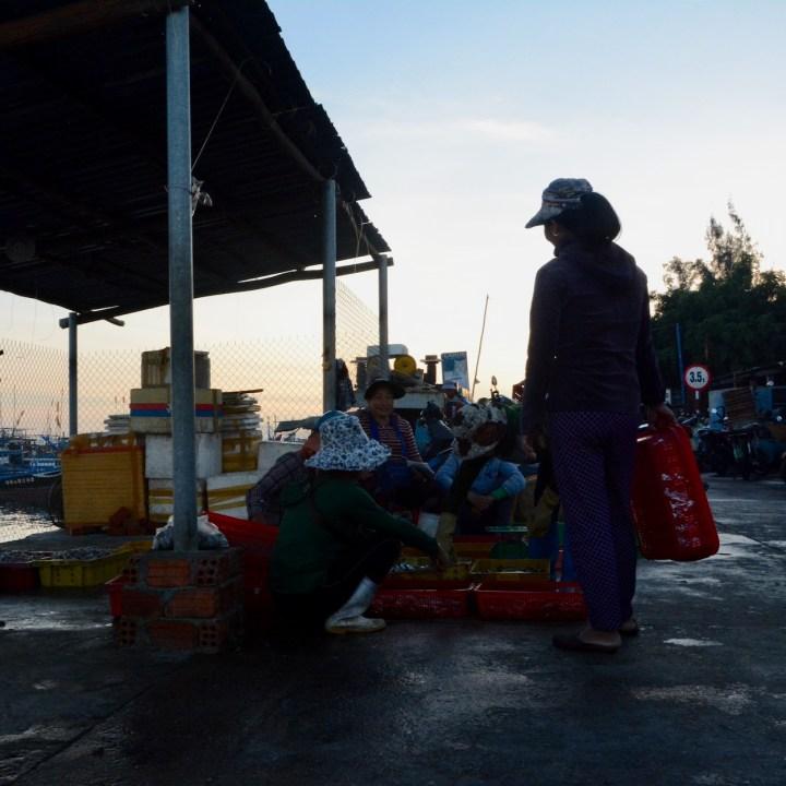 photo tour vietnam hoi an waiting