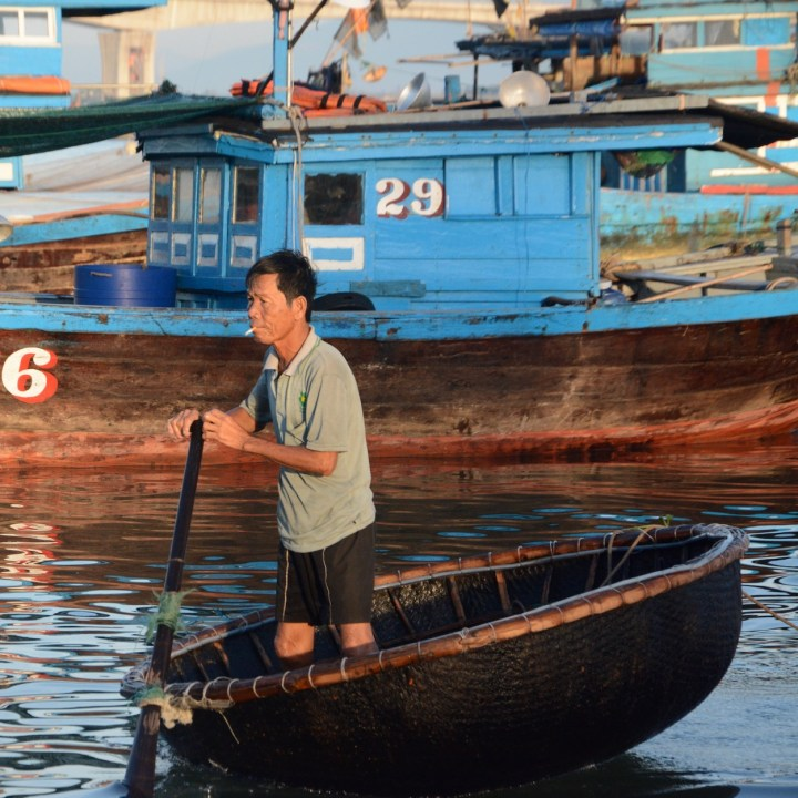 photo tour vietnam hoi an smoker