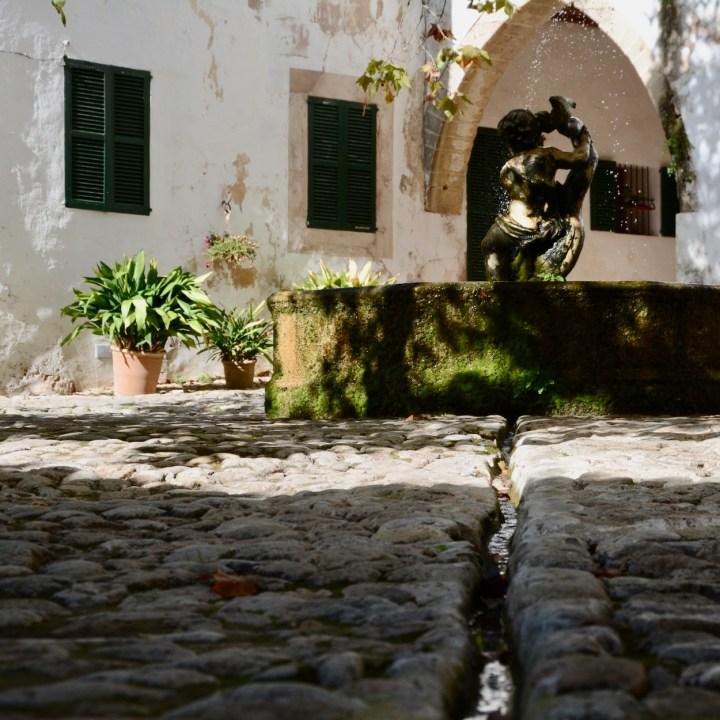 Mallorca with kids gardens alfabia fountain
