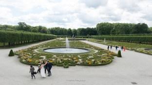 Schlosspark mit Brautpaaren