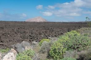 Nachbarvulkan hinter einem Lavafeld