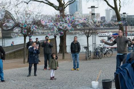 Schaumschläger am Rheinufer