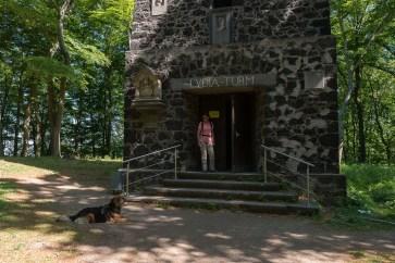 Hund am Lydiaturm