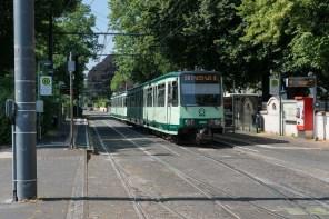 Strassenbahn am Rheinufer