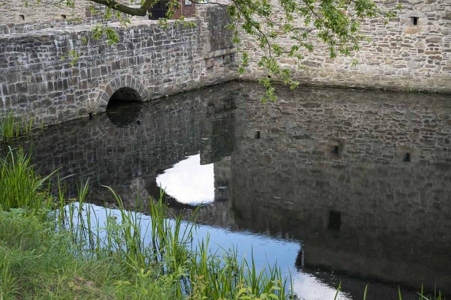 Schattenspiele im Wassergraben