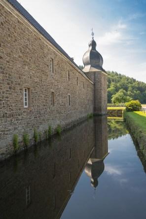Turm und Aussenmauer von Schloss Ehreshoven