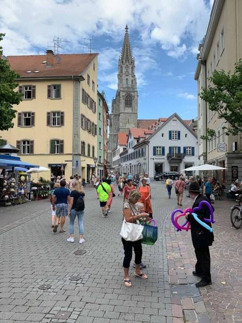 Straßenszene mit dem Münster im Hintergrund