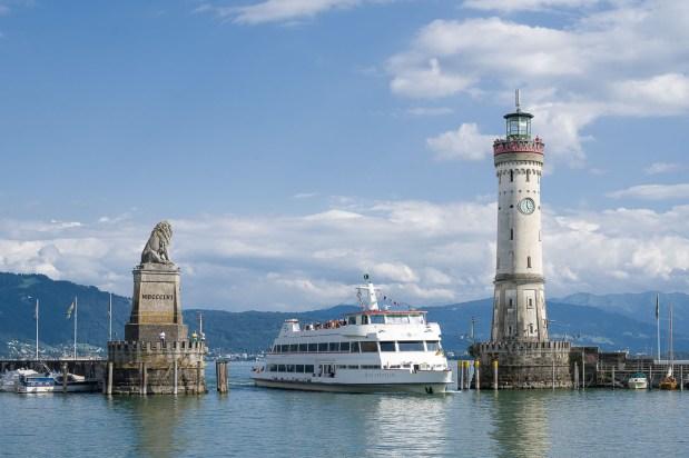 Schiff bei der Einfahrt in Hafen von Lindau