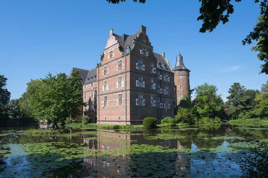 Bedburger Schloss mit Teich