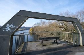 Brücke mit Aussichtsbank