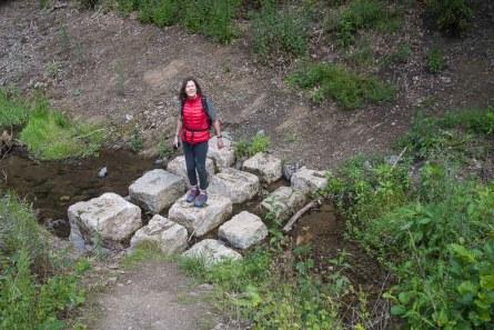 Petra überquert den Hirzbach