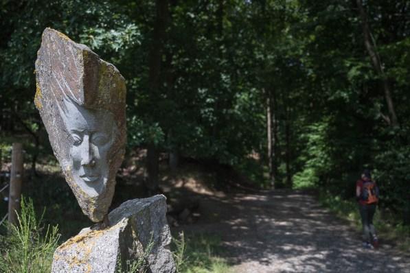 Skulptur am Waldrand