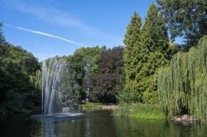 Springbrunnen im Teich des Stadtparks