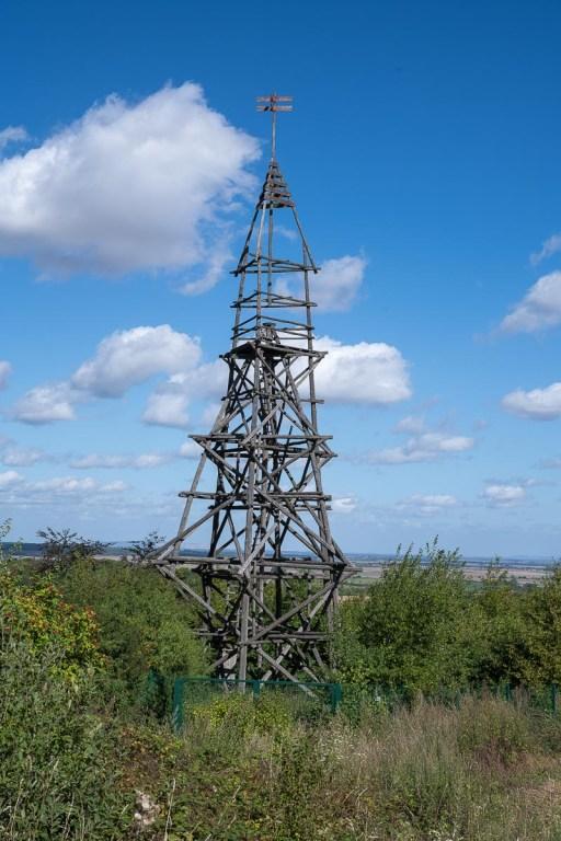Holzturm als Marke zur Landvermessung