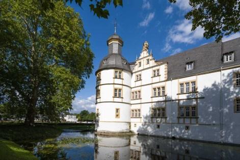 Wassergraben mit Schloss
