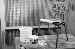 In der Umsetzung ist Silikonkautschuk allerdings zu anspruchsvoll, da der Stuhl gleichmäßig mit dem zähflüssigen Kautschuk überzogen werden muss.