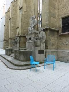 Stühle vor dem Reformationsdenkmal