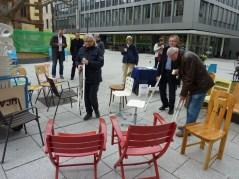 Gemeinsam wurden die Stuhlspenden in das nahe St- Agnes-Mädchengymnasium transportiert