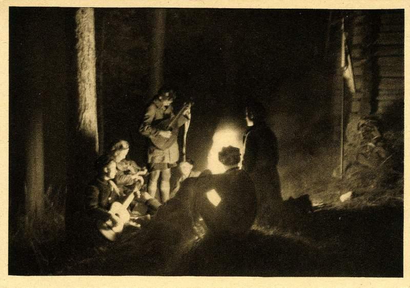 Un groupe de Nerother Wandervogel à la veillée