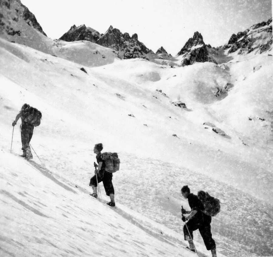 Collection JMOllivier - Raid Jeunesse et Montagne Urdos-Luchon de 1942 - Dans le Vallon de Garemblanc en montant au col d'Ilhéou