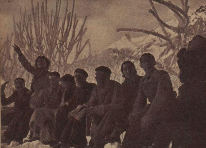 Camping hivernal - Une halte de joyeux campeurs dans la féérie de la neige