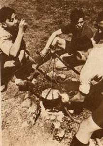 1933-06-21_Vu_275_Les auberges de jeunesse_La préparation du repas à Bierville