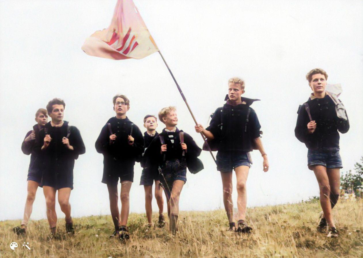 Jeunes Bundische en randonnée-Colorized