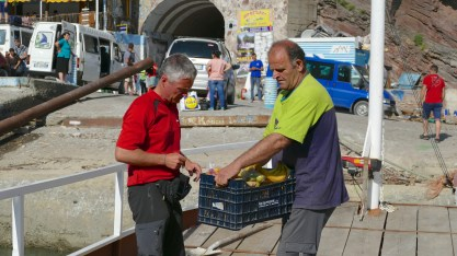 Henning buying bananas