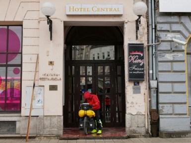 Hotel Central in Qsijek, Kroatien in voller Regenmontur.