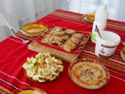 Frühstück mit typisch bulgarischer Tischdecke.