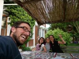 Aziz Nesin Stiftung - die beiden Mädels testen ihr English an uns.
