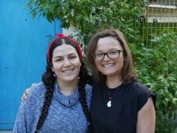 Aziz Nesin Stiftung - Antonia bekommt eine Kette von der Kunstlehrerin geschenkt - endlich mal wieder ein Schmuckstück! Juhu!