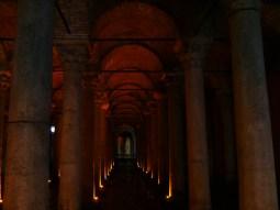 """Istanbul - """"der versunkene Palast"""". Die Zisterne versorgte das antike Constantinopel mit Trinkwasser und wurde erst in den 1980-ern restauriert, nachdem sie lange vergessen und erst im 16. Jahrhundert von einem Reisenden wiederentdeckt wurde, der sich wunderte, das Einheimische Wasser aus dem Untergrund schöpften und manchmal auch Fische fingen."""