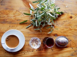 Türkischer Kaffee mit Safran. Dazu gibt es immer eine süße Überraschung.// Turkish coffee it safran everytime comes with a sweet surprise.