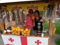 Kacha und Antonia umringt von Orangen und georgischen Snickers (Walnüsse am Faden umhüllt mit Traubensirup)