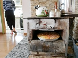Morgens wird das Brot im Holzofen gebacken.