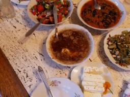 Abendessen bei Roi: Käse in geschmolzener Butter, Auberginen in Tomate, Bohnensalat, Käse...