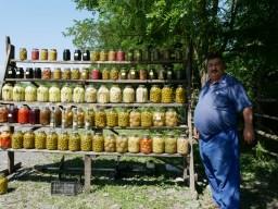 Telman war auch als Soldat in der DDR, jetzt verkauft er selbstgemachtes Eingemachtes - uns spingt kurz in seinen Garten, um uns frische Gurken zu schenken.// Telman was soldier in the democratic republic of Germany and now he sells homemade pickles. He wet into his garden to get some fresh cucumbers for us.