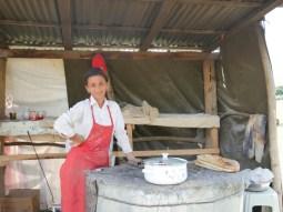 Lehmofenbrot am Straßenrand.// Clay oven bread at roadside.