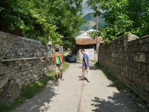 "Auf dem Weg zum ""albanischen Tempel"".// On the way to the ""albanian temple""."
