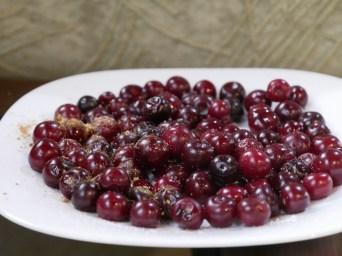 Kleine Kirschen mit Salz.// Small cherries with salt.