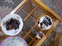 Introducing my family while eating dates and desset.// Ich stelle meine Familie bei Dtteln und Nachtisch vor.