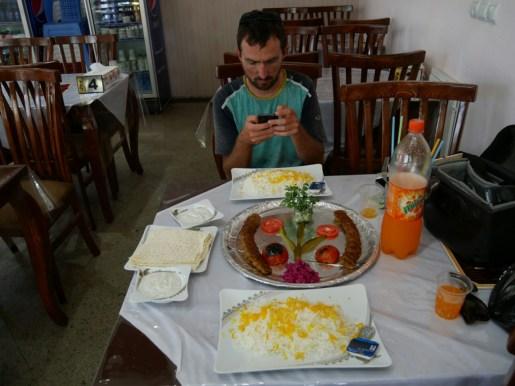 National dish: kebab, this time very nicely arranged.// Nationalgericht Kebab. Sehr hübsch arrangiert.