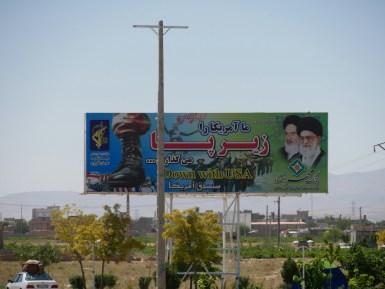 Die iranische Regierung hat überall harte Anti-US Propaganda hängen. // The iranian government and its anti US propaganda.