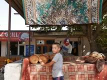 Brot kommt hier frisch aus dem Tandoori.// Bread is coming freshly out of the tandoori.