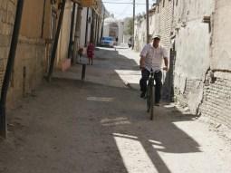 Wandering narrow streets in Bukhara.// Schmale Gassen entdecken in Bukhara.