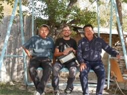 Daniel und unsere MFG von Bishkek nach Bokonbaevo. Hier machen wir grade halt, um das elterliche Haus winterfest zu machen.// Daniel nd our ride from Bishkek to Bokonbaevo. Here we tke a break to preparethe house for winter.