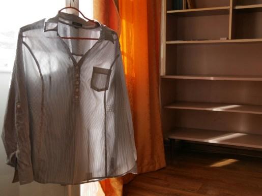 Wir haben unsere verranzten Shirts für 5 Euro zur netten Schneiderin gebracht und können uns nun wiederohne Löcher sehen lassen.//We brought our shirts to the nice tailor, spent 5 Euros and are now able to wear them without holes again.